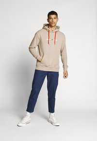Tommy Jeans - CAMO HOODIE - Hoodie - stone - 1