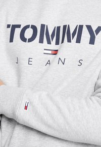 Tommy Jeans - NOVEL LOGO CREW - Sweatshirt - light grey heatherr - 5