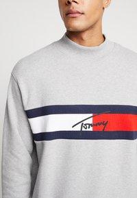 Tommy Jeans - FLAG PANEL - Sweatshirt - light grey - 6