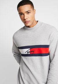 Tommy Jeans - FLAG PANEL - Sweatshirt - light grey - 3