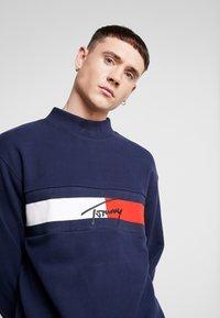Tommy Jeans - FLAG PANEL - Sweatshirt - black iris - 4