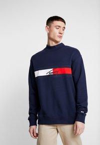 Tommy Jeans - FLAG PANEL - Sweatshirt - black iris - 0
