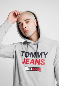 Tommy Jeans - TJM ESSENTIAL GRAPHIC HOODIE - Luvtröja - light grey heather - 4