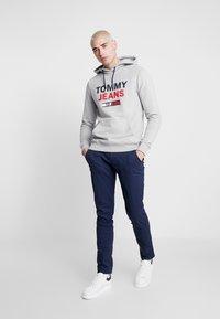 Tommy Jeans - TJM ESSENTIAL GRAPHIC HOODIE - Luvtröja - light grey heather - 1