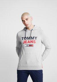 Tommy Jeans - TJM ESSENTIAL GRAPHIC HOODIE - Luvtröja - light grey heather - 0