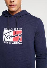 Tommy Jeans - TJM ESSENTIAL GRAPHIC HOODIE - Mikina skapucí - black iris - 5
