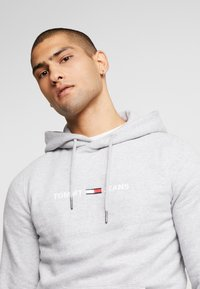 Tommy Jeans - STRAIGHT SMALL LOGO HOODIE - Hoodie - light grey heather - 4