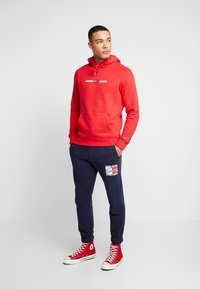 Tommy Jeans - STRAIGHT SMALL LOGO HOODIE - Hoodie - racing red - 1