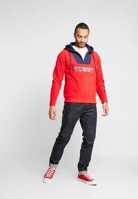 Tommy Jeans - TOMMY LOGO ZIP HOODIE - Huppari - racing red/black iris - 1