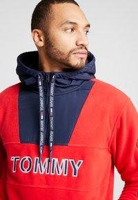 Tommy Jeans - TOMMY LOGO ZIP HOODIE - Huppari - racing red/black iris - 3