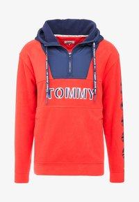 Tommy Jeans - TOMMY LOGO ZIP HOODIE - Huppari - racing red/black iris - 4