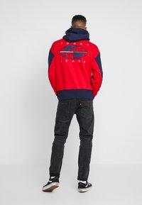 Tommy Jeans - BACK GRAPHIC ZIP HOODIE - Hoodie - black iris/racing red - 2