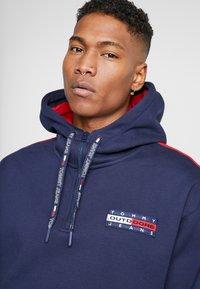 Tommy Jeans - BACK GRAPHIC ZIP HOODIE - Hoodie - black iris/racing red - 5