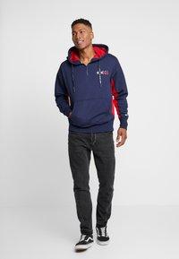 Tommy Jeans - BACK GRAPHIC ZIP HOODIE - Hoodie - black iris/racing red - 1