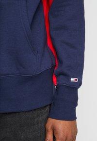 Tommy Jeans - BACK GRAPHIC ZIP HOODIE - Hoodie - black iris/racing red - 3