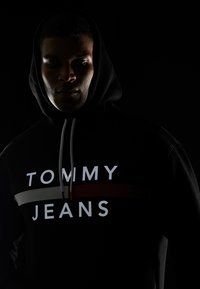 Tommy Jeans - REFLECTIVE FLAG HOODIE - Sweat à capuche - tommy black - 3