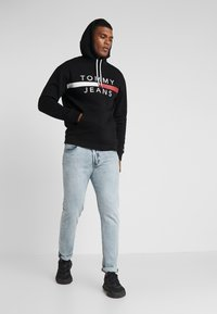 Tommy Jeans - REFLECTIVE FLAG HOODIE - Sweat à capuche - tommy black - 1