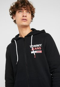 Tommy Jeans - ESSENTIAL GRAPHIC ZIP TROUGH - Felpa aperta - black - 3