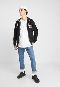 Tommy Jeans - ESSENTIAL GRAPHIC ZIP TROUGH - Felpa aperta - black - 1