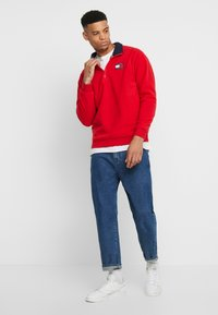 Tommy Jeans - POLAR BADGE MOCK NECK - Sweat polaire - racing red - 1