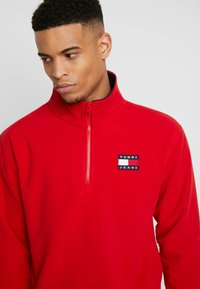 Tommy Jeans - POLAR BADGE MOCK NECK - Sweat polaire - racing red - 4