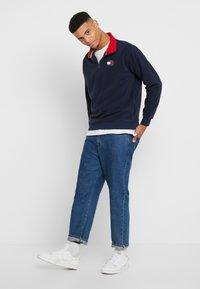 Tommy Jeans - POLAR BADGE MOCK NECK - Fleece trui - black iris - 1