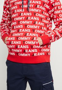 Tommy Jeans - ALL OVER HOODIE - Hoodie - racing red - 3