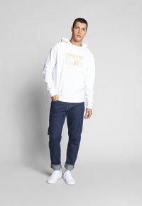 Tommy Jeans - SURPLUS HOODIE - Bluza z kapturem - white - 1