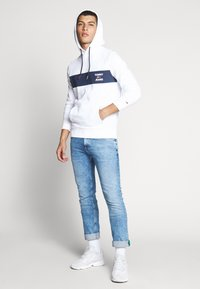 Tommy Jeans - TJM ESSENTIAL GRAPHIC HOODIE - Mikina skapucí - white - 1
