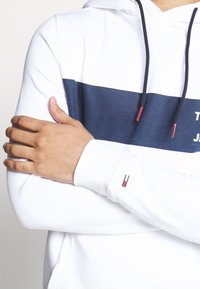 Tommy Jeans - TJM ESSENTIAL GRAPHIC HOODIE - Mikina skapucí - white - 3