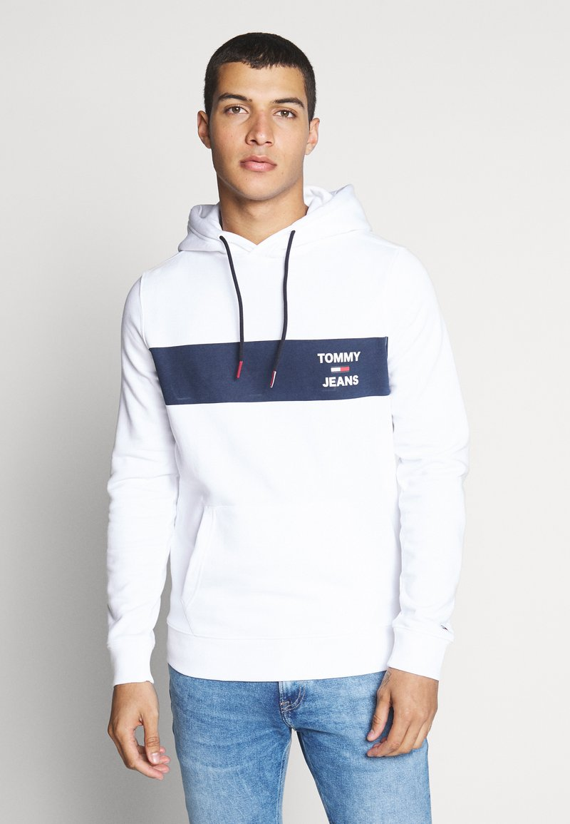 Tommy Jeans - TJM ESSENTIAL GRAPHIC HOODIE - Mikina skapucí - white