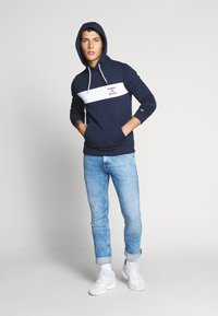 Tommy Jeans - TJM ESSENTIAL GRAPHIC HOODIE - Sweat à capuche - twilight navy - 1