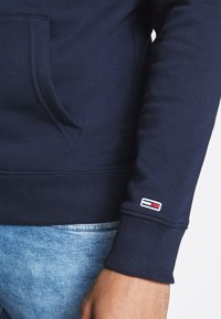 Tommy Jeans - TJM ESSENTIAL GRAPHIC HOODIE - Sweat à capuche - twilight navy