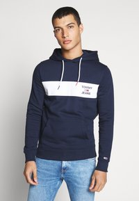 Tommy Jeans - TJM ESSENTIAL GRAPHIC HOODIE - Sweat à capuche - twilight navy - 0