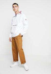 Tommy Jeans - TJM LIGHT WEIGHT POPOVER - Větrovka - white - 1