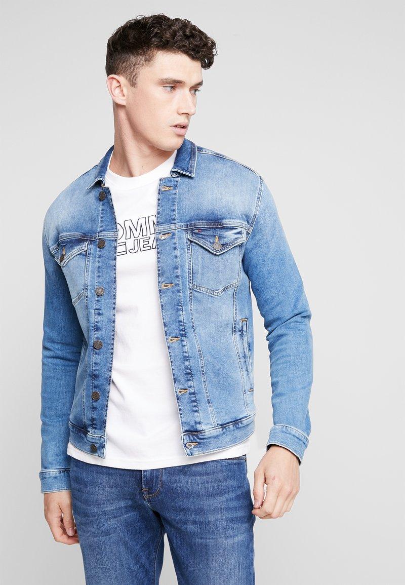 Tommy Jeans - REGULAR TRUCKER  - Jeansjacke - blue denim