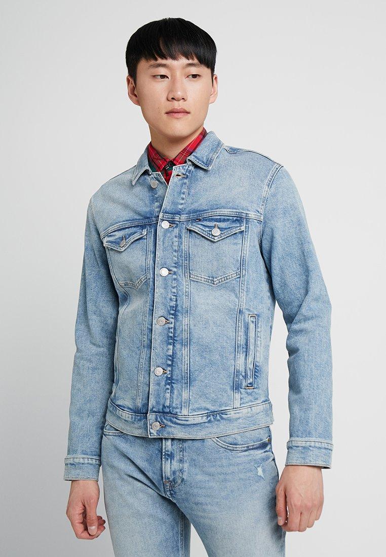 Tommy Jeans - REGULAR TRUCKER JACKET - Jeansjacke - denim