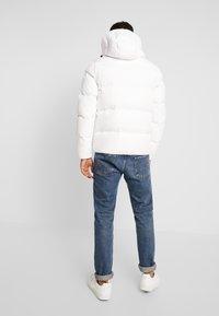 Tommy Jeans - ESSENTIAL JACKET - Gewatteerde jas - classic white - 2