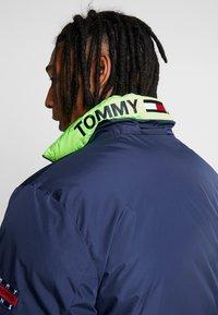 Tommy Jeans - REVERSIBLE JACKET - Zimní bunda - black iris - 5