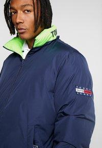 Tommy Jeans - REVERSIBLE JACKET - Zimní bunda - black iris - 7