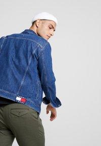 Tommy Jeans - REGULAR JACKET - Kurtka jeansowa - alan mid blue rig - 4