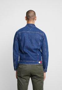 Tommy Jeans - REGULAR JACKET - Kurtka jeansowa - alan mid blue rig - 2