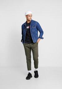Tommy Jeans - REGULAR JACKET - Kurtka jeansowa - alan mid blue rig - 1