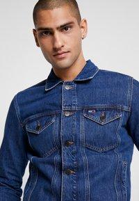 Tommy Jeans - REGULAR JACKET - Kurtka jeansowa - alan mid blue rig - 6