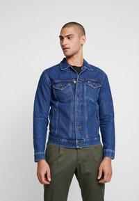 Tommy Jeans - REGULAR JACKET - Kurtka jeansowa - alan mid blue rig - 0