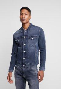 Tommy Jeans - REGULAR TRUCKER JACKET - Kurtka jeansowa - dark-blue denim - 0
