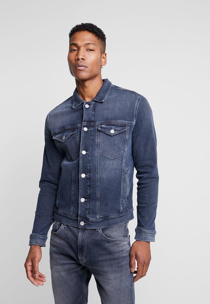 Tommy Jeans - REGULAR TRUCKER JACKET - Kurtka jeansowa - dark-blue denim