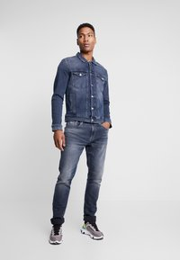 Tommy Jeans - REGULAR TRUCKER JACKET - Kurtka jeansowa - dark-blue denim - 1