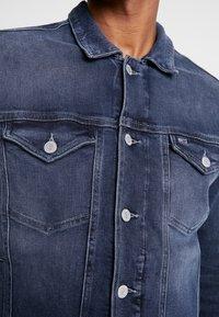 Tommy Jeans - REGULAR TRUCKER JACKET - Kurtka jeansowa - dark-blue denim - 5