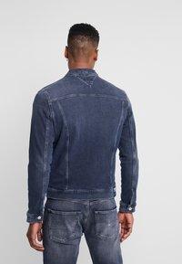 Tommy Jeans - REGULAR TRUCKER JACKET - Kurtka jeansowa - dark-blue denim - 2